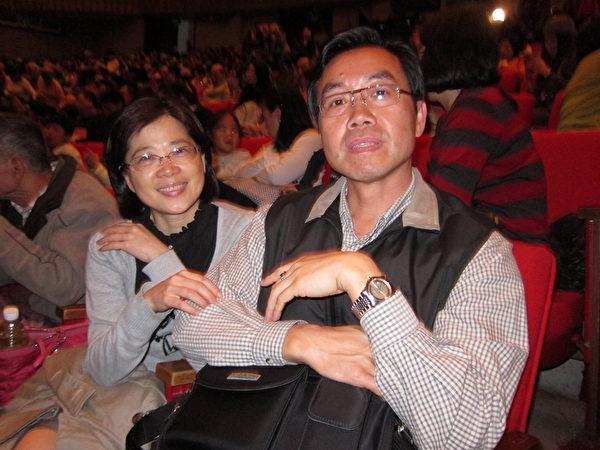 新北市客家薪傳協會理事長蕭鴻鈞伉儷2月27日觀賞神韻國際藝術團在台北國父紀念館的演出。(吳涔溪/大紀元)