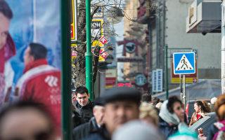 俄羅斯對烏克蘭發動軍事行動,美歐威脅將採經貿、金融制裁。俄羅斯股市週一(3月3日)暴跌11%左右,同時,俄貨幣盧布(ruble)兌美元跌2%左右,達到36.41盧布兌一美元,創歷史低點。圖為莫斯科市中心街頭人潮從一美元即期外匯兌換電子自告示牌下穿梭。(AFP PHOTO/ DMITRY SEREBRYAKOV)