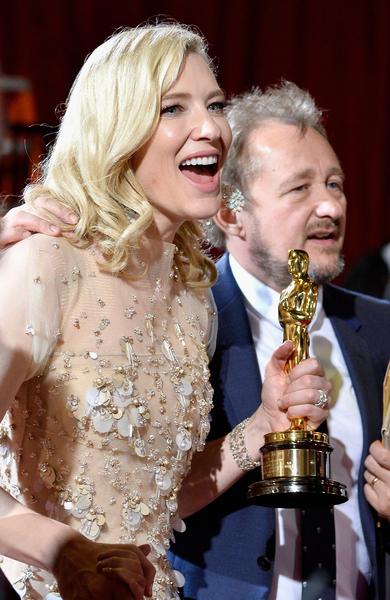 第86届奥斯卡颁奖礼,凯特•布兰切特手捧影后奖杯与丈夫(右)合影。(Frazer Harrison/Getty Images)