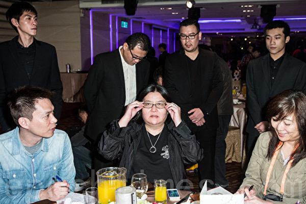 2014年3月4日,邱瓈宽(前中)在多名保镳陪同下于台北出席电影《大宅们》杀青宴。(陈柏州/大纪元)