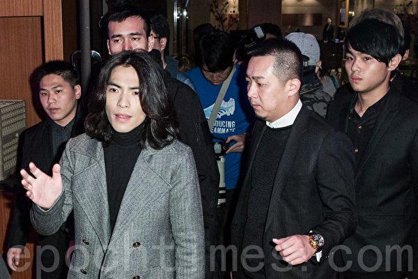 2014年3月4日,萧敬腾(左1)在保镳簇拥下现身台北出席朱延平新片《大宅们》杀青宴。(陈柏州/大纪元)