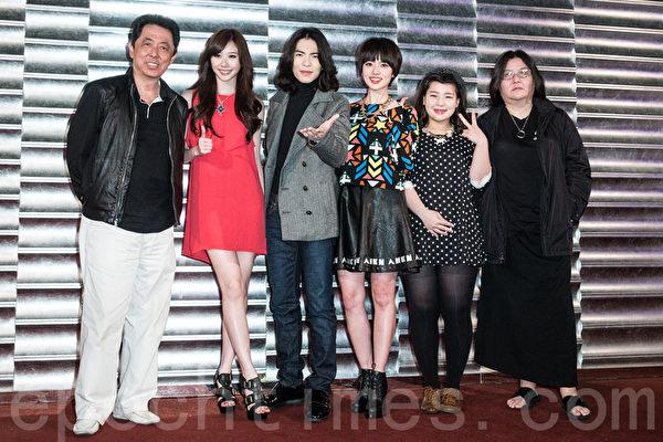 2014年3月4日,导演朱延平(左起)、张景岚、萧敬腾、阿诺、余月如、监制邱瓈宽于台北出席电影《大宅们》杀青宴。(陈柏州/大纪元)