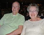 酒店经理Donald Worden先生和妻子专程从Wyoming州赶来看神韵,他们表示神韵纯善纯美的演出让他们精神愉悦,身心得到了放松。(屈婧/大纪元)