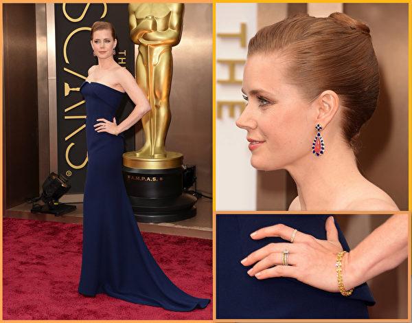 艾米•亚当斯深蓝色Gucci礼服剪裁别致,佩戴Tiffany珠宝,成熟高雅。(大纪元合成图/Getty Images)