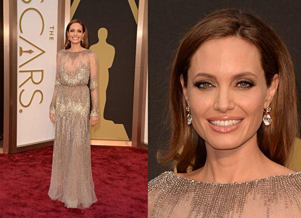 安吉丽娜•朱莉以Elie Saab银色透视礼服展现妩媚华贵。(大纪元合成图/Getty Images)