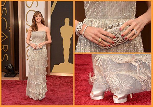 詹妮弗•嘉纳的Oscar de la Renta银色流苏裙䙓显得摇曳生姿。(大纪元合成图/Getty Images)