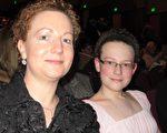 艺术家Melissa Flattery和女儿一起观看了神韵晚会,她对神韵赞不绝口。(摄影:梁欣/大纪元)