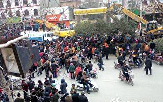 組圖:河南鄭州上千村民怒砸工程車抗強拆