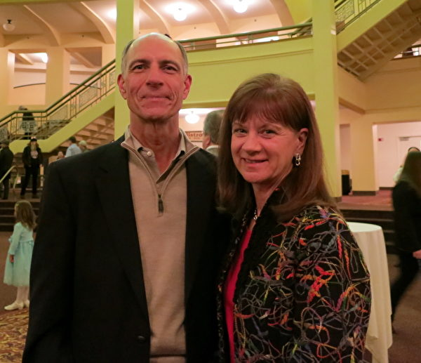 AO Smith首席信息官(CIO)Randall Bednar (左)观看了3月6日在密尔沃基的神韵晚会。他表示:善恶对比鲜明。(唐明镜/大纪元)
