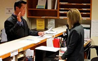 图:余胤良在旧金山选务局正式递表竞选州务卿。(余胤良竞选总部提供)