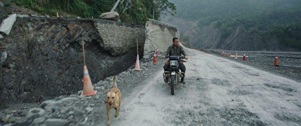 蔡振南与电影中的猎狗默契十足。(谷得电影提供)