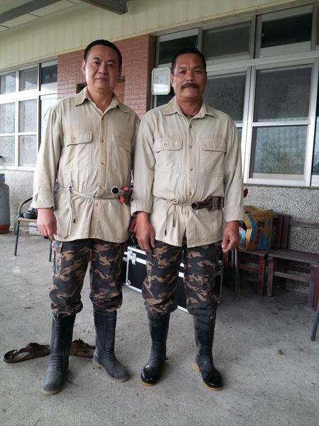 《山猪温泉》主演蔡振南(左)与绰号番王的猎人仿佛两兄弟。(谷得电影提供)