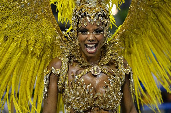 巴西里約熱內盧狂歡節遊行中華麗的服飾。(YASUYOSHI CHIBA/AFP)