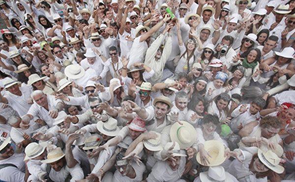 西班牙加那利島上的狂歡節中民眾互撒麵粉。(DESIREE MARTIN/AFP)