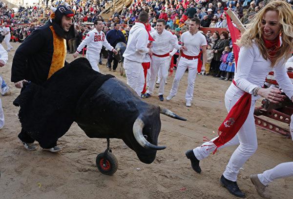 西班牙西北部的公牛狂歡節一景。(CESAR MANSO/AFP)