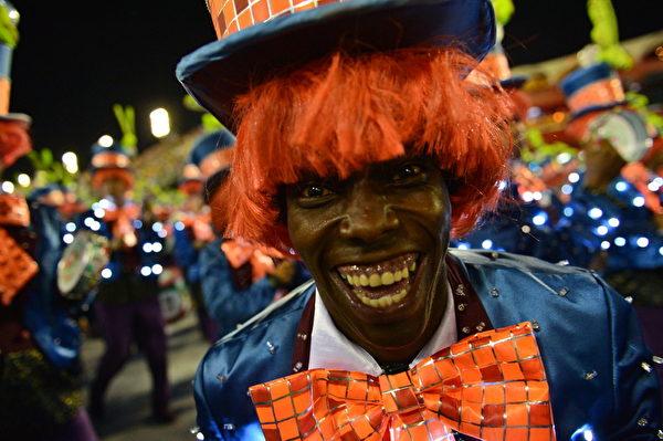 巴西里約熱內盧狂歡節遊行中華麗的服飾。(CHRISTOPHE SIMON/AFP)