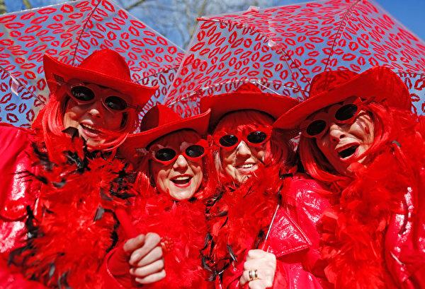 德國西部的杜塞爾多夫狂歡節中的狂歡民眾。(INA FASSBENDER/AFP)