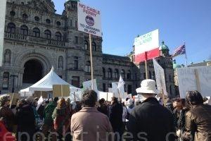 渡轮减服务涨票价 民众省议会前抗议