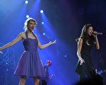 2011年11月22日,泰勒•斯威夫特(左)巡迴演唱會紐約場,賽琳娜•戈麥斯作為嘉賓同台演唱。(Larry Busacca/Getty Images)