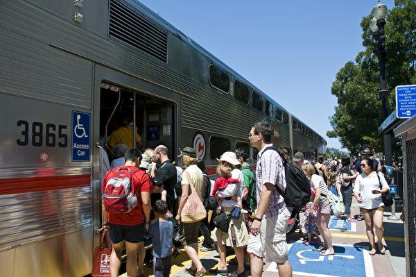 加州火车的搭乘率连续40个月增长。(曹景哲/大纪元)