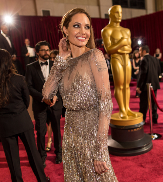 2014年3月2日,安吉丽娜•朱莉出席第86届奥斯卡金像奖颁奖礼。(Christopher Polk/Getty Images)