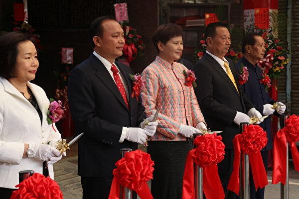 头城庆元宫前殿重修落成大典剪彩仪式。(宜兰县文化局提供)
