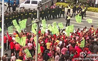 组图:福建上千村民围堵公安局区政府游行抗议