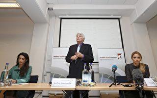 2012年11月5日,阿邁勒•阿拉姆丁(左)與著名國際人權律師傑弗里‧羅伯遜(中)及烏克蘭前總理季莫申科之女在倫敦出席記者會資料照。(JUSTIN TALLIS/AFP/Getty Images)