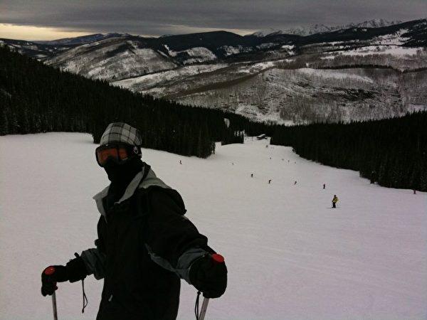 涂世旻很喜歡探險、刺激,曾在Vail, Colorado的後山滑雪,挑戰黑鑽雪道、U型道。(涂世旻提供)