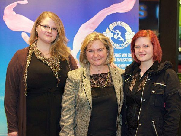 小提琴家Anita Swiatek和她兩個女兒。(Christian Nilsson/大紀元)