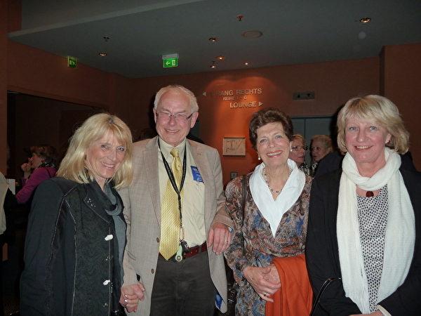 前美聲歌唱家Barbara Wendt(右二)、音樂學院鋼琴教師Birgit Mechsner、房地產老闆Harry Gerlach和其夫人觀賞了3月23日柏林首場神韻演出。(文婧/大紀元)