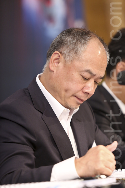 """今年51岁的李宁,有""""中国第一代体操王子""""、""""中国体操天王""""之称。2008年北京奥运会最后一棒火炬手,点燃奥运圣火后连交厄运,至今亏损不断。记者会上他也愁眉不展。(余钢/大纪元)"""