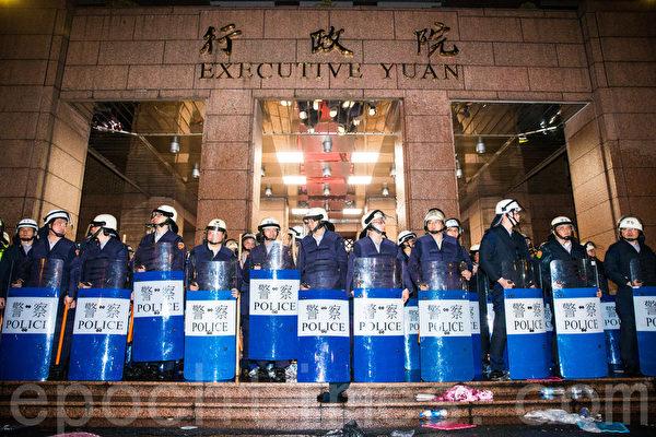 反服貿團體23日晚間闖入行政院,警方24日凌晨開始強制驅離,約凌晨5時收復行政院。(陳柏州/大紀元)