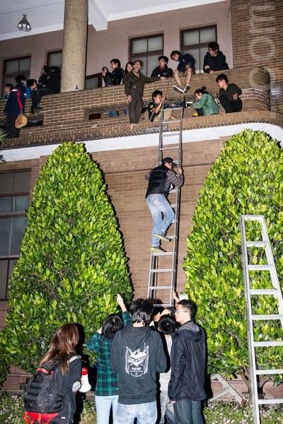 反服貿團體23日晚間闖入行政院,以鐵梯、打破行政院建築物的玻璃爬窗進入,行政院目前仍在清查被破壞的公物、個人財物等損失。(陳柏州 /大紀元)