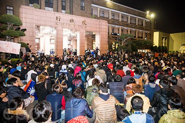 反服貿學生23日晚間無預警轉攻行政院,警方24日凌晨展開4波強制驅離。學生代表陳為廷認為警方執法過當,呼籲全國罷工罷課,一起和平抗爭。(陳柏州/大紀元)