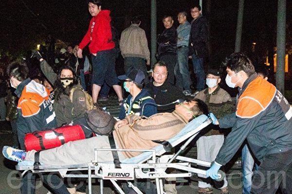 據台北市衛生局統計,23日晚間7時統計至24日5時,闖入行政院的抗議學生共有123人送醫。(陳柏州/大紀元)