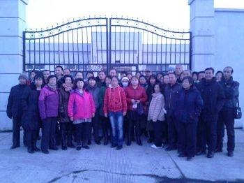 2014年3月20日,法輪功學員家屬和律師在青龍山洗腦班門口,抗議中共非法抓人。(明慧網)
