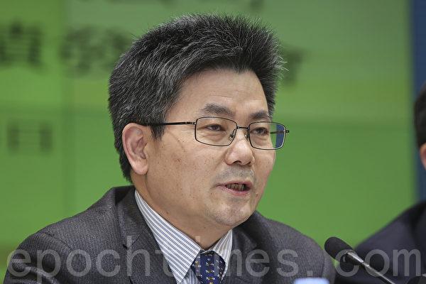 业绩记者会,中远太平洋董事总经理王兴如多次被问到副总徐敏杰涉贪问题,他只简单回应指案件仍在调查中,不愿意多谈。(余钢/大纪元)