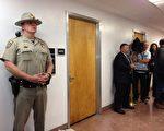 加州參議員余胤良因腐敗罪被捕。圖為警方搜查余胤良在加州首府沙加緬度的辦公室。(大紀元)