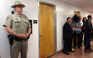 加州参议员余胤良因腐败罪被捕。图为警方搜查余胤良在加州首府沙加缅度的办公室。(大纪元)