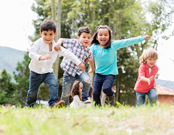 一群孩子快樂的在公園玩。(Fotolia)