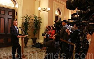 加州参议院3月28日通过将民主党参议员余胤良等3位议员停职的决议。图为参议院临时议长斯坦伯格在首府沙加缅度举行发布会。(古馨雨/大纪元)
