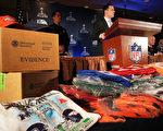 每年數以百萬計塞滿假貨的集裝箱流入美國,根據美國海關的數據,在美國執法機構查獲的17億美元假貨中,有12億來自中國大陸。圖為今年1月美國官方繳獲的超級碗相關的各類假貨。(Spencer Platt/Getty Images)
