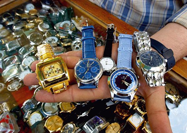 一些最有價值的仿製品是手袋、錢包、手錶和珠寶,以及消費類電子產品等。(Wathiq Khuzaie/Getty Images)