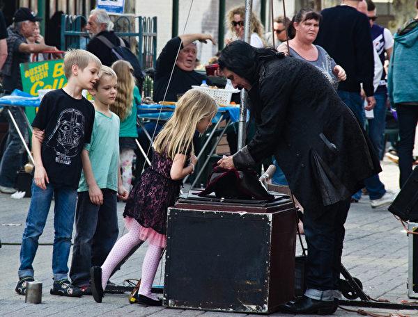 海盜的藏寶箱可是能引起孩子們的最大興趣(林文責/大紀元)