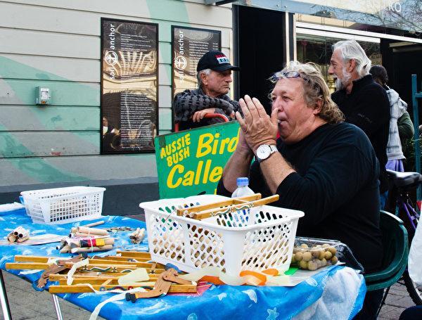 這裡的各式哨子能吹出西澳的鳥叫聲,令人十分佩服製作者的創造能力(林文責/大紀元)