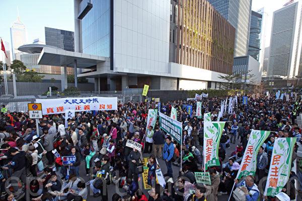 """香港记者协会2月23日发起""""反灭声""""大游行和集会,记协宣布有超过6千人参加,创下记协举办游行的人数纪录,不过,当天电视传媒报道及隔日报章报道,对当日反灭声大游行现场实况仍存在不同程度新闻过滤及灭声,在中共用利益胁迫及淫威下,遭中共打压最严重、当日参与游行规模最大媒体——香港大纪元时报声音再一次被屏蔽。(潘在殊/大纪元)"""