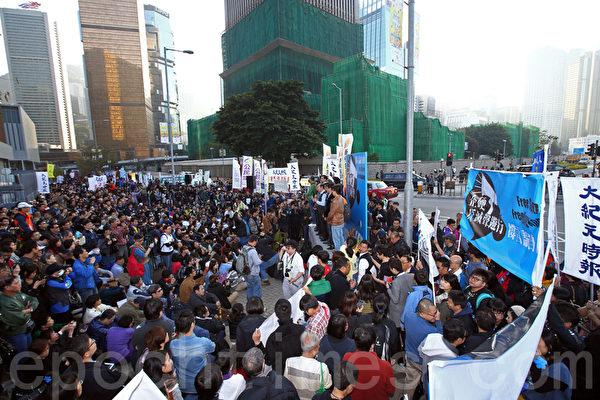 """香港记者协会2月23日发起""""反灭声""""大游行和集会,记协宣布有超过6千人参加,其中大纪元时报的游行队伍最受瞩目,深受市民欢迎。(潘在殊/大纪元)"""