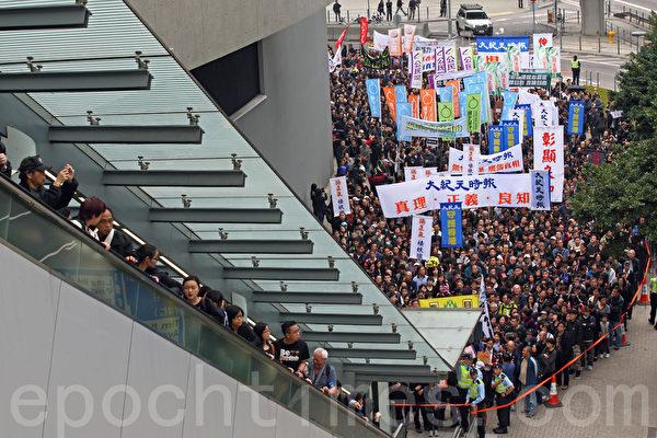 """继6千人出席记协反灭声游行创下了传媒举办游行的人数纪录,事隔一周,在3月2日有双倍的市民——1万3千人站出来参加多个新闻团体联合举办的""""新闻界反暴力联席""""游行,誓言要追查刺杀明报前总编刘进图的真凶,捍卫新闻自由;香港《大纪元时报》的游行队伍再次深受瞩目和欢迎。(潘在殊/大纪元)"""