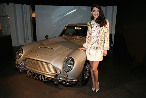 Caterina Murino和曾在《黄金眼》、《明日帝国》中两度出现的Aston Martin DB5。(Chris Jackson/Getty Images for London Film Museum)